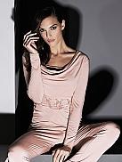 TATÁ Selena Pyjama mit Rosenmotiv aus weichem Flock